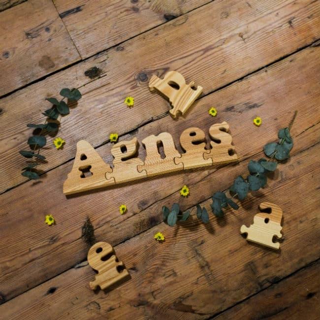 Lær dit barn at stave sit navn ved hjælp af vores smarte puslebrikker, der er formet som bogstaver
