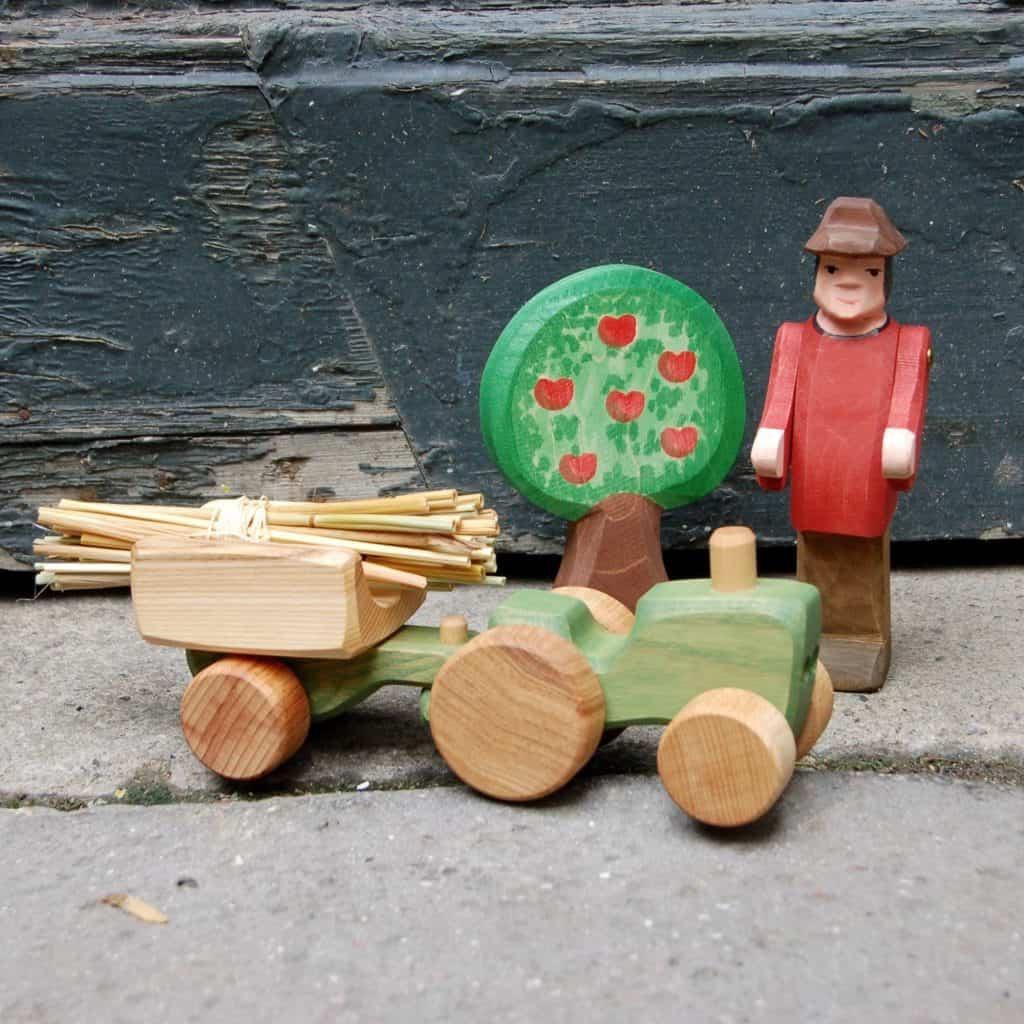 groen traktor med anhaenger