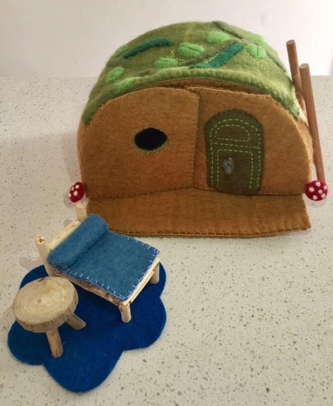 Skønt musehus i filt med vindue og døre, Her kan enhver mus leve et rigtig godt musseliv. Der medfølger en seng med dyne, et bord, en taburet, et gulvtæppe og en stige så man kan komme op på taget.